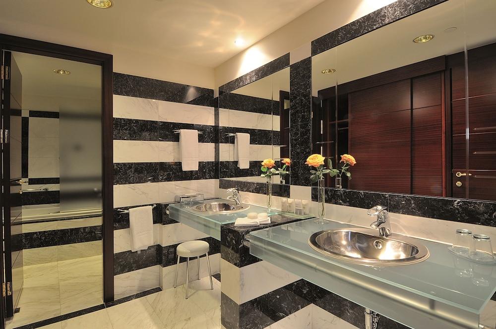 https://i.travelapi.com/hotels/1000000/990000/985100/985059/3133507c_z.jpg