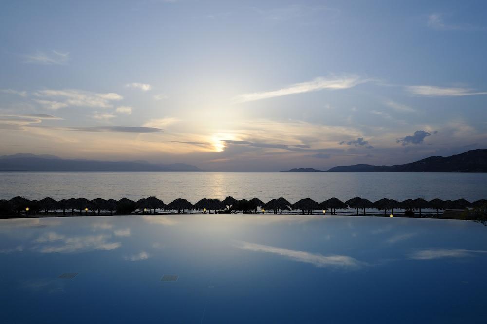https://i.travelapi.com/hotels/1000000/990000/985100/985059/539aec87_z.jpg