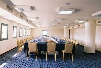 https://i.travelapi.com/hotels/1000000/990000/985100/985059/8e531d57_b.jpg