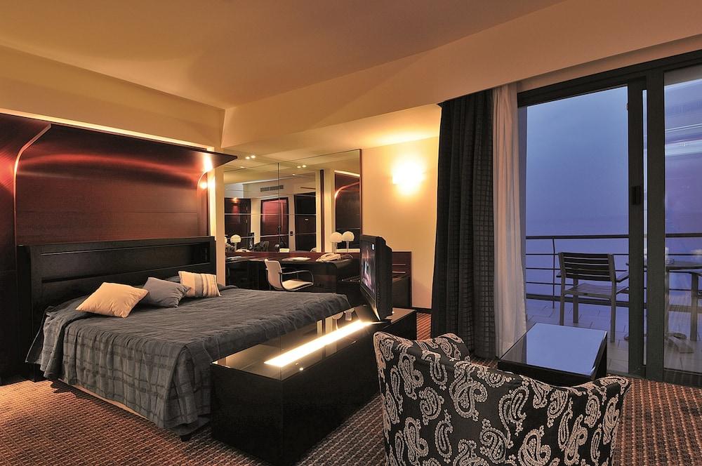 https://i.travelapi.com/hotels/1000000/990000/985100/985059/f90f5f7c_z.jpg