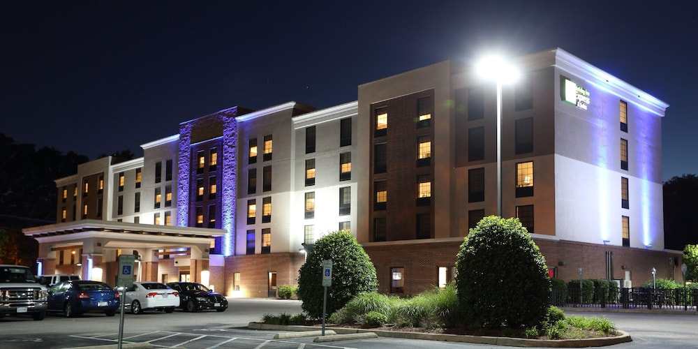 Featured Newport News Hotel: Holiday Inn Express & Suites Newport News