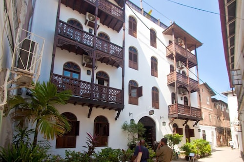Asmini Palace Hotel, Mjini