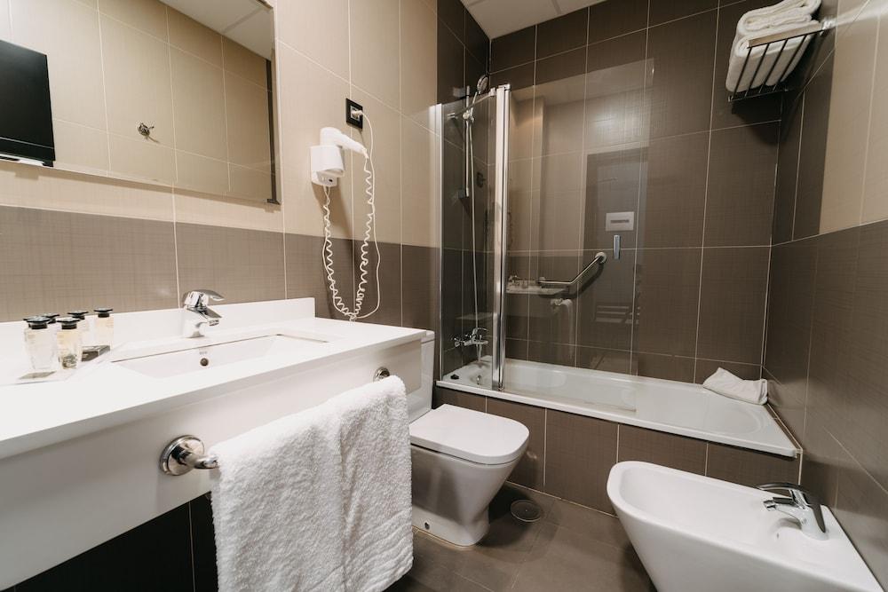 https://i.travelapi.com/hotels/10000000/9070000/9067900/9067872/5dc76a2a_z.jpg