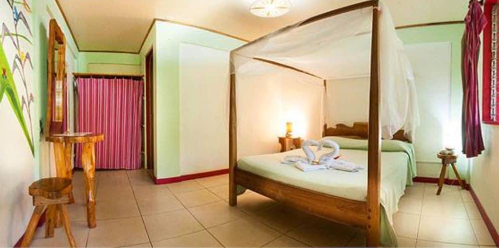 https://i.travelapi.com/hotels/10000000/9100000/9098300/9098295/e3421010_z.jpg