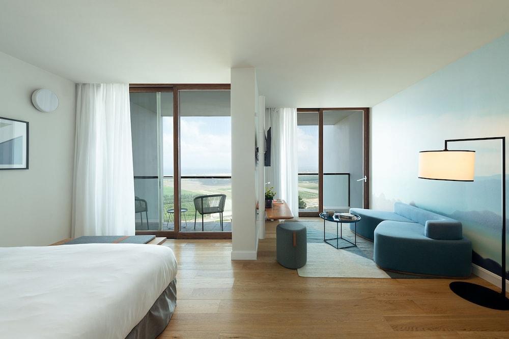 https://i.travelapi.com/hotels/10000000/9110000/9105300/9105267/6bf5b1a6_z.jpg