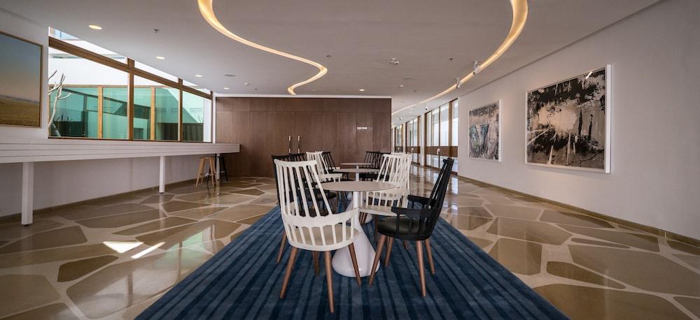 https://i.travelapi.com/hotels/10000000/9110000/9105300/9105267/8e52dc34_z.jpg