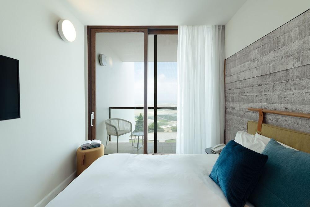 https://i.travelapi.com/hotels/10000000/9110000/9105300/9105267/9f028a8e_z.jpg