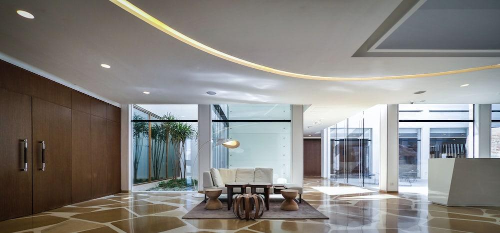 https://i.travelapi.com/hotels/10000000/9110000/9105300/9105267/b575f0b7_z.jpg