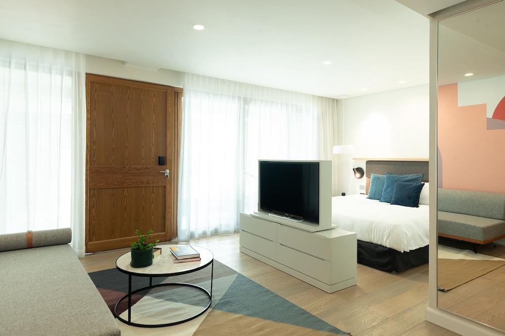 https://i.travelapi.com/hotels/10000000/9110000/9105300/9105267/bb6320b5_z.jpg