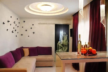 https://i.travelapi.com/hotels/10000000/9140000/9130800/9130770/f64caefa_b.jpg