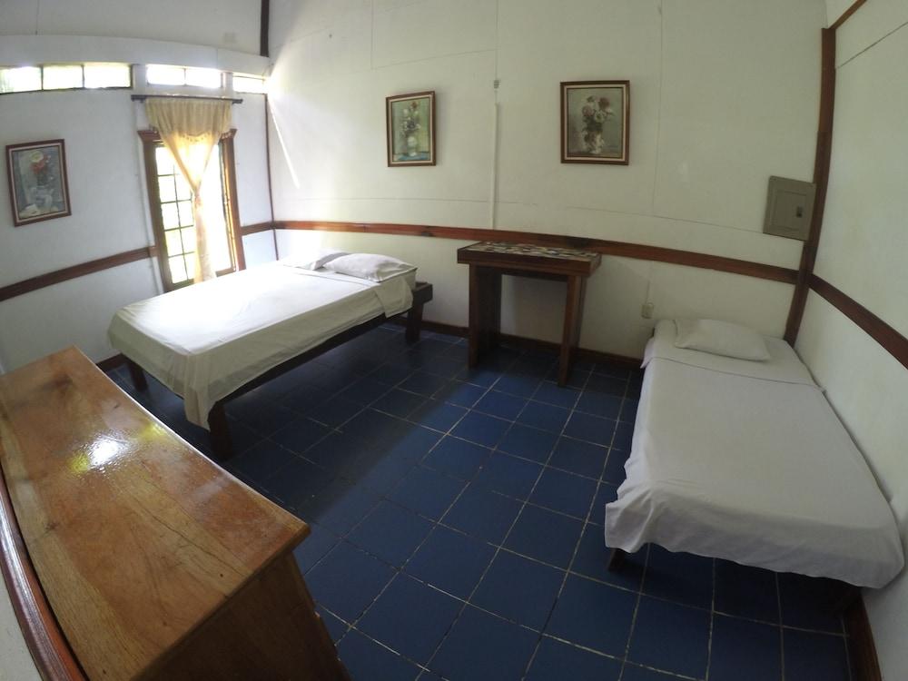 https://i.travelapi.com/hotels/10000000/9140000/9131400/9131358/1f98b604_z.jpg