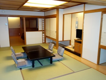 Japanese-Western Style Room, Accessible