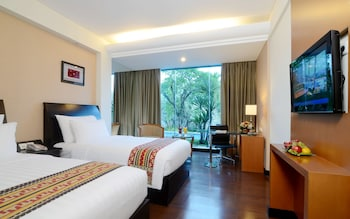 Executive Room, 1 King Bed, Pool View