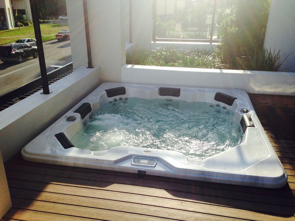 Spa : Indoor Spa Tub 9 of 33