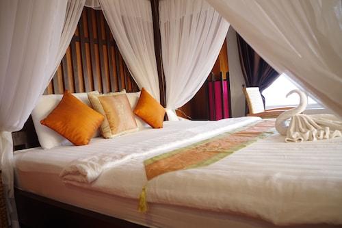Ocean Breeze Hotel & Sky Bar, Kaeb