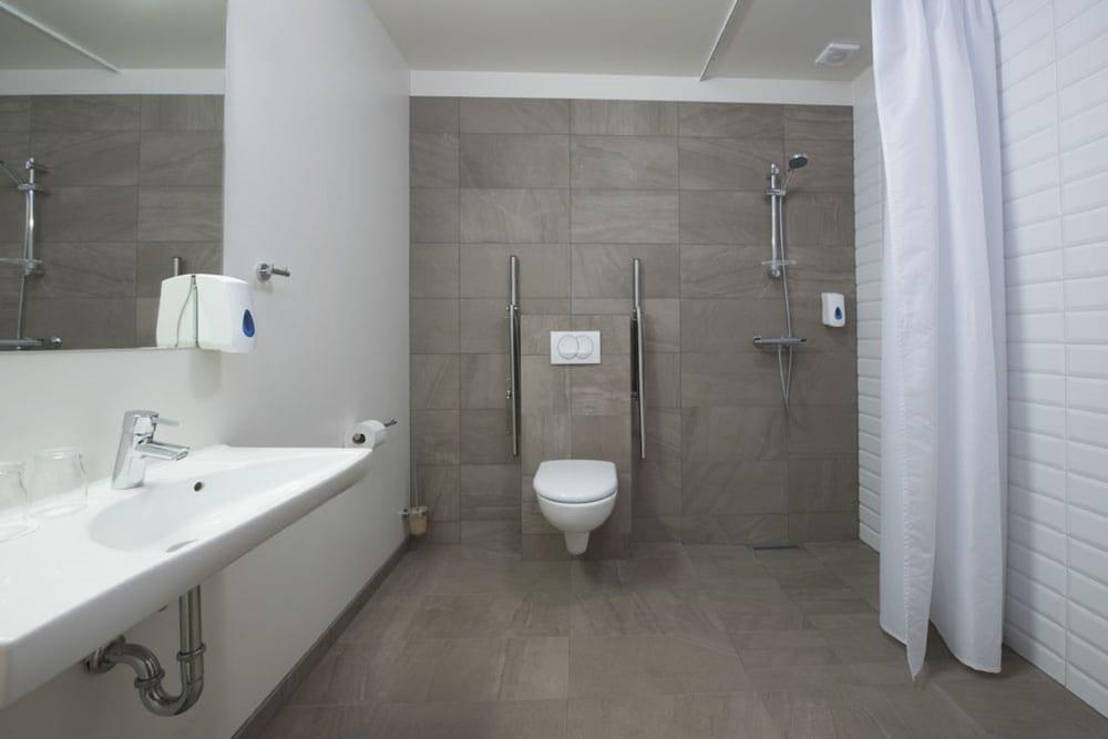 https://i.travelapi.com/hotels/10000000/9340000/9335100/9335012/1b9595ce_z.jpg