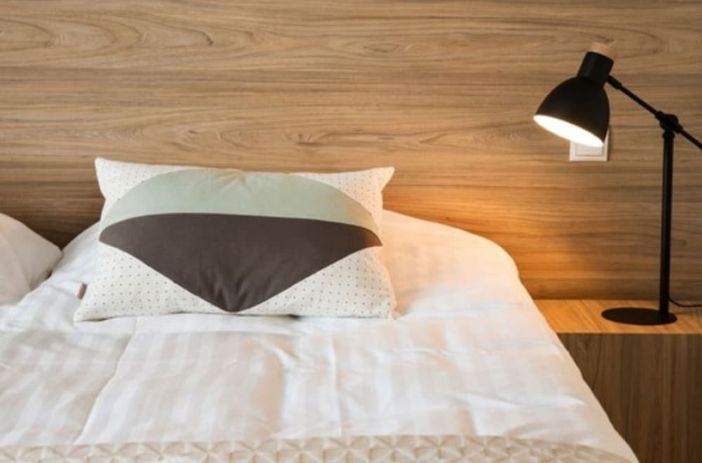 https://i.travelapi.com/hotels/10000000/9340000/9335100/9335012/cdface12_z.jpg