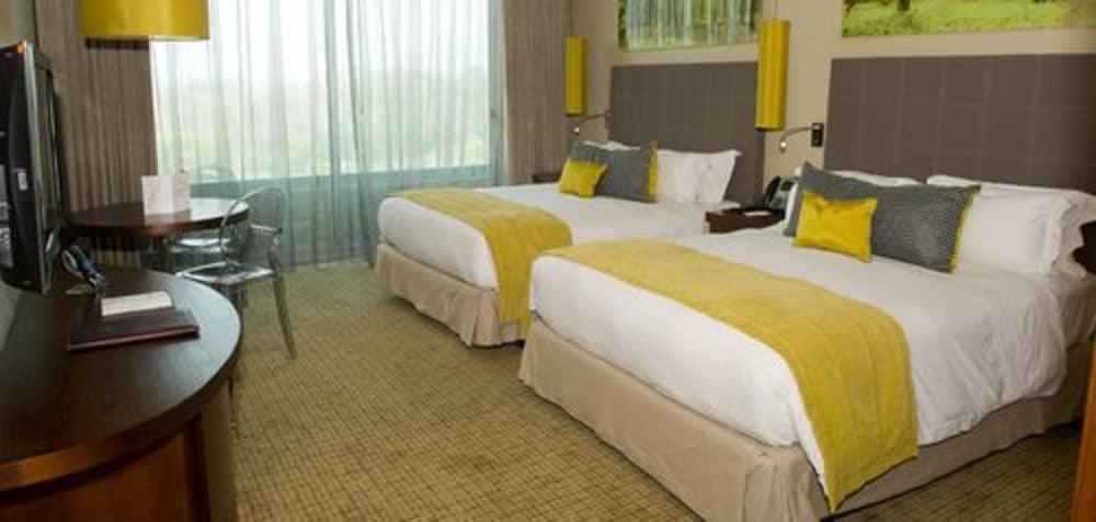 https://i.travelapi.com/hotels/10000000/9400000/9393700/9393686/04c9f0a0_z.jpg