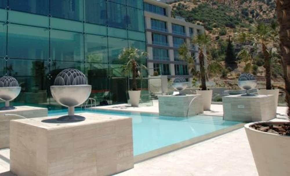 https://i.travelapi.com/hotels/10000000/9400000/9393700/9393686/131f6305_z.jpg