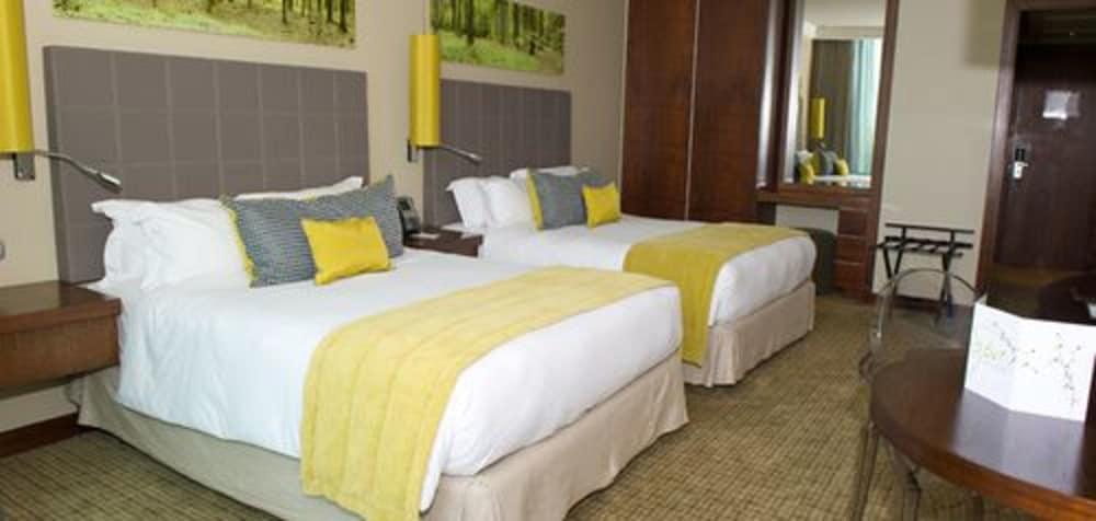 https://i.travelapi.com/hotels/10000000/9400000/9393700/9393686/1a730793_z.jpg