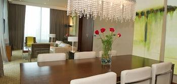 https://i.travelapi.com/hotels/10000000/9400000/9393700/9393686/7c35f736_b.jpg