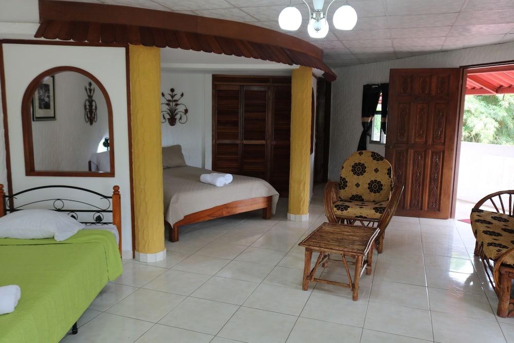 https://i.travelapi.com/hotels/10000000/9410000/9403100/9403036/256a2bac_z.jpg