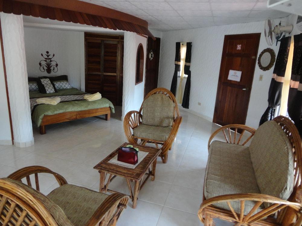 https://i.travelapi.com/hotels/10000000/9410000/9403100/9403036/3c08a4a5_z.jpg