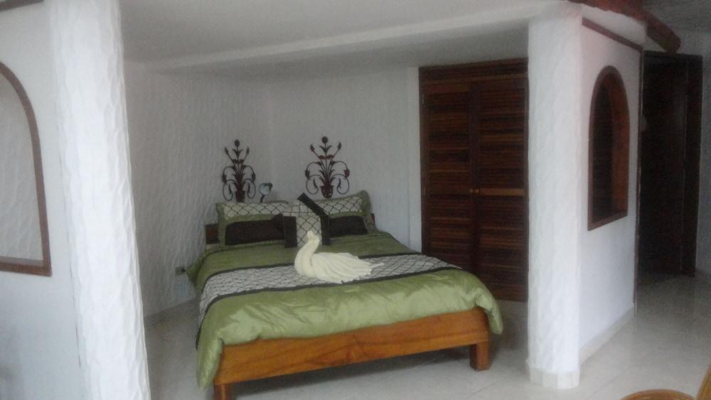 https://i.travelapi.com/hotels/10000000/9410000/9403100/9403036/abe5782f_z.jpg