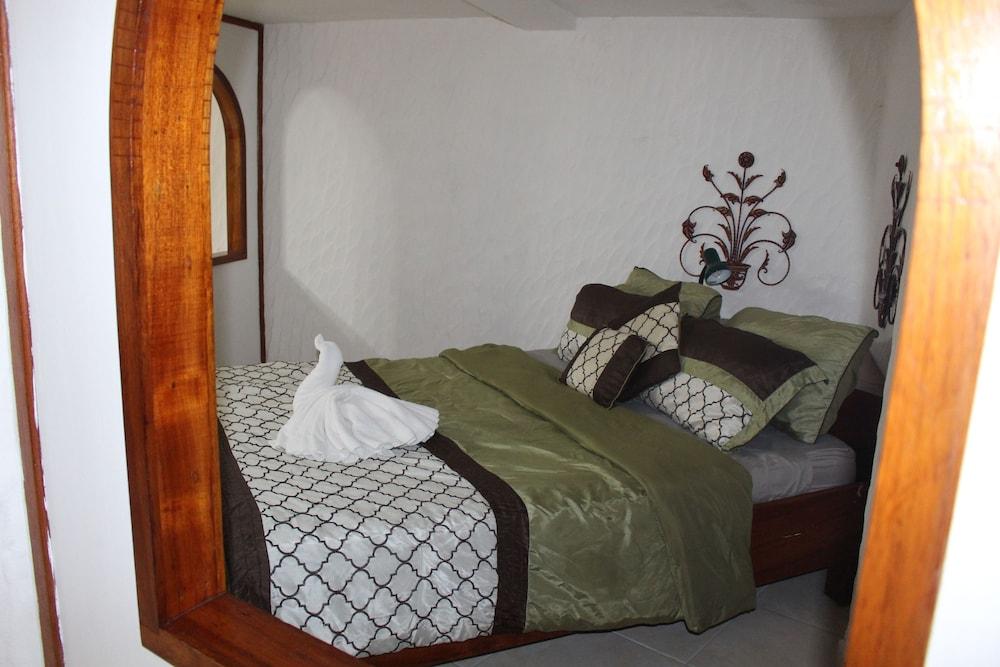 https://i.travelapi.com/hotels/10000000/9410000/9403100/9403036/b24eca51_z.jpg
