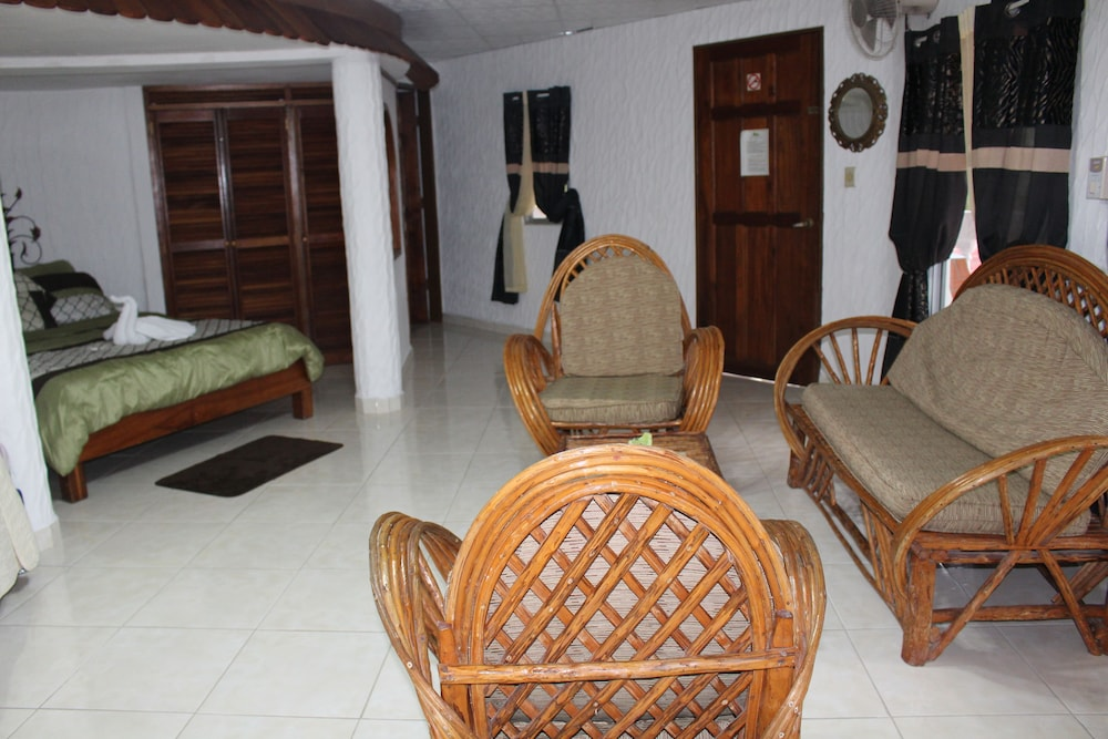 https://i.travelapi.com/hotels/10000000/9410000/9403100/9403036/d9c73838_z.jpg