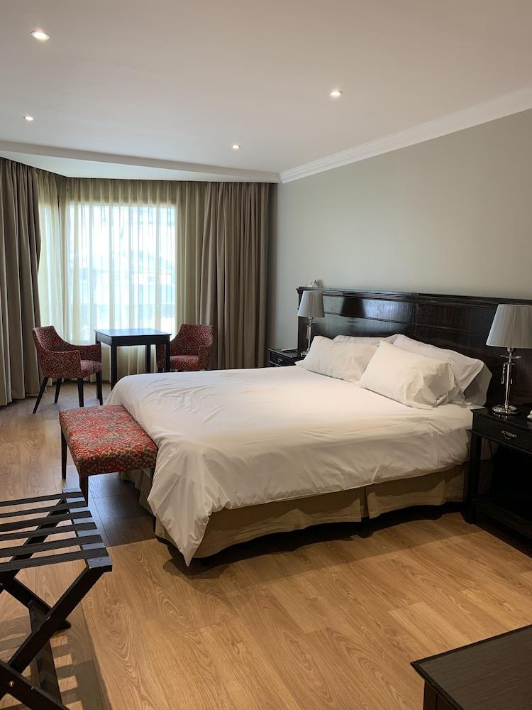https://i.travelapi.com/hotels/10000000/9420000/9414700/9414639/be6656dd_z.jpg