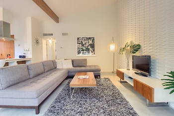 Business Townhome - The Peach Door