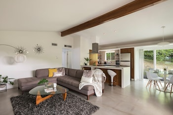 Business Townhome - The Olive Door