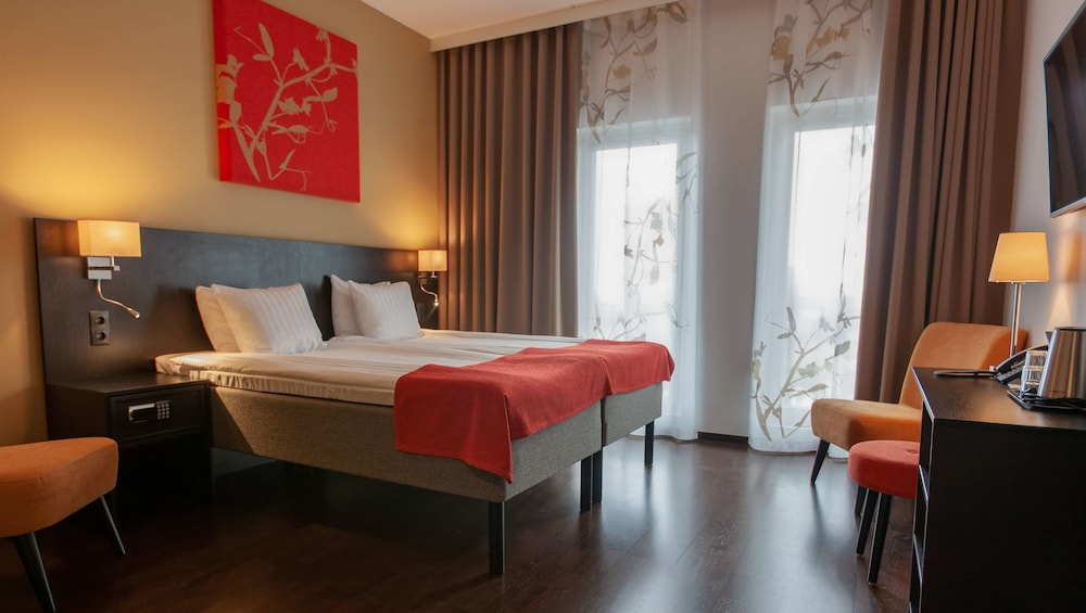 https://i.travelapi.com/hotels/10000000/9430000/9423600/9423588/8421e7d0_z.jpg