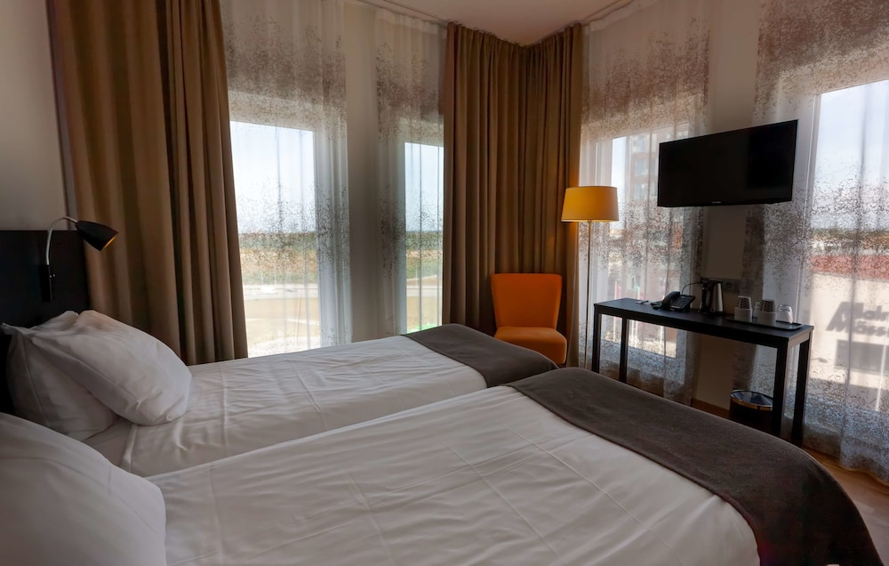 https://i.travelapi.com/hotels/10000000/9430000/9423600/9423588/a7986848_z.jpg