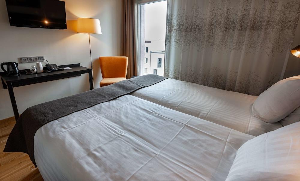 https://i.travelapi.com/hotels/10000000/9430000/9423600/9423588/e4adffee_z.jpg