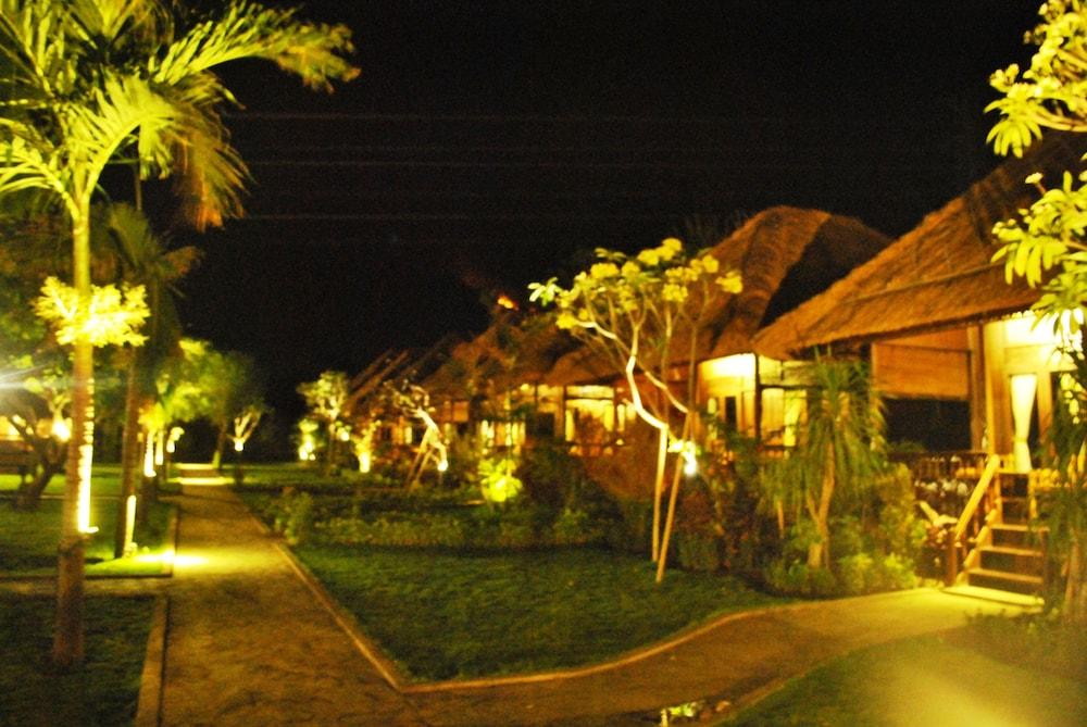 https://i.travelapi.com/hotels/10000000/9500000/9498900/9498829/8e60face_z.jpg
