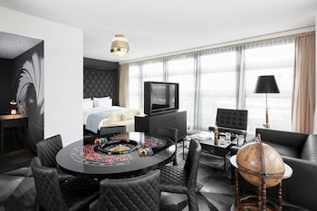 Executive Suite, 1 King Bed, Non Smoking, Corner