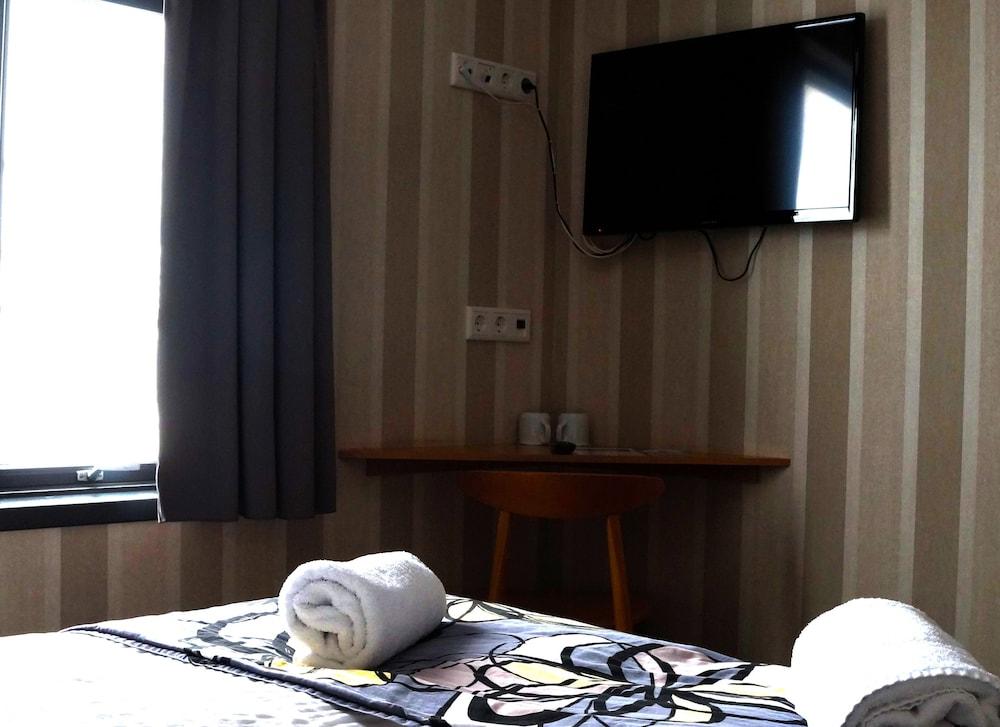 https://i.travelapi.com/hotels/10000000/9560000/9554900/9554847/2c31b8a1_z.jpg