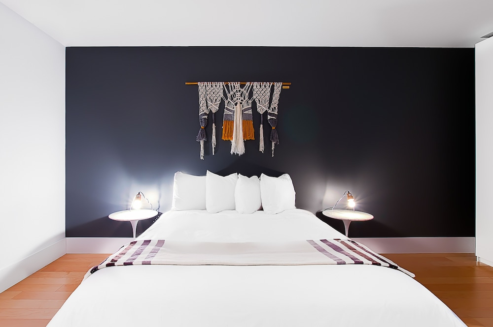 https://i.travelapi.com/hotels/10000000/9570000/9563800/9563771/3b73bb2d_z.jpg