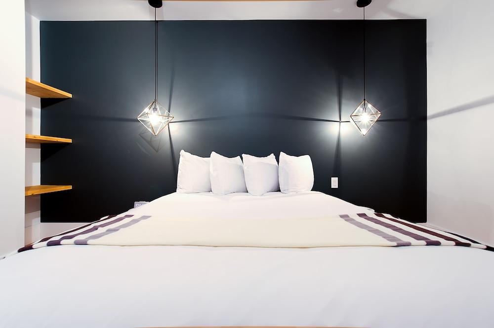 https://i.travelapi.com/hotels/10000000/9570000/9563800/9563771/d54daea6_z.jpg