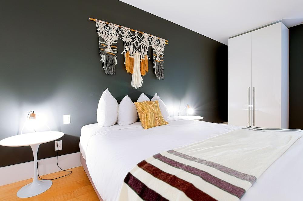 https://i.travelapi.com/hotels/10000000/9570000/9563800/9563771/f73569d1_z.jpg