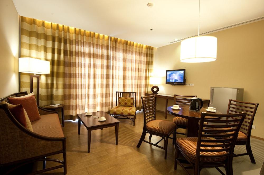 https://i.travelapi.com/hotels/10000000/9620000/9618900/9618818/1be49e17_z.jpg