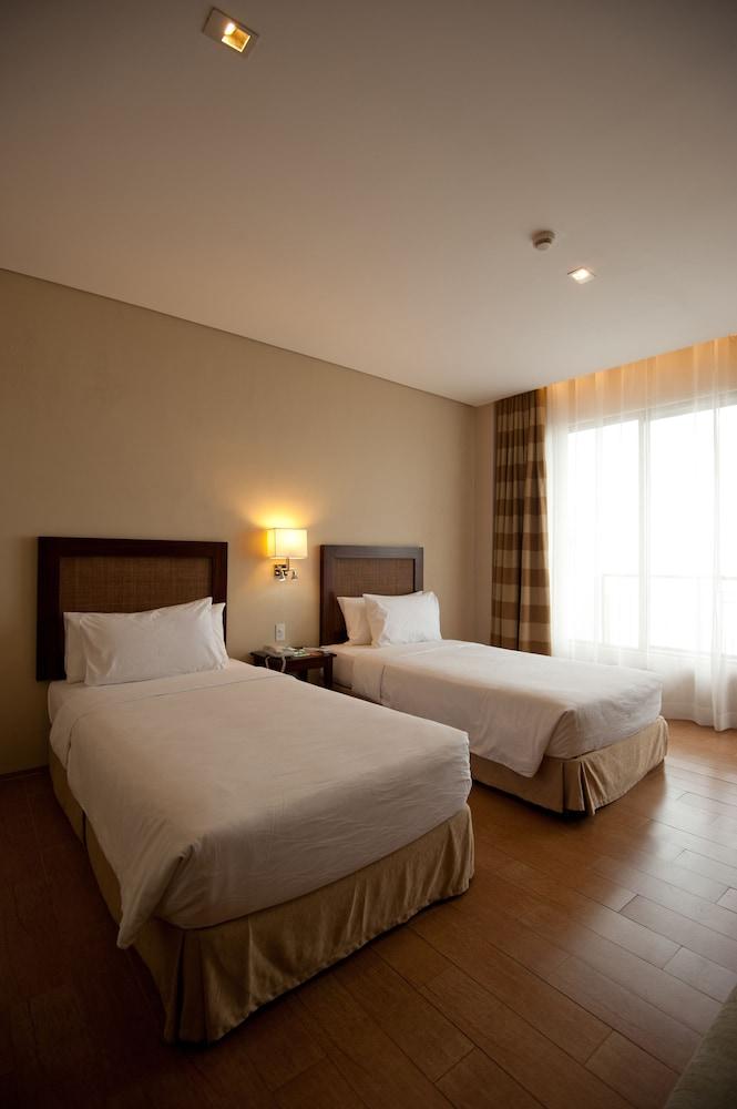 https://i.travelapi.com/hotels/10000000/9620000/9618900/9618818/3b488999_z.jpg