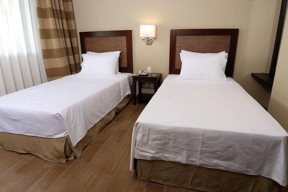 https://i.travelapi.com/hotels/10000000/9620000/9618900/9618818/9b0375b1_z.jpg