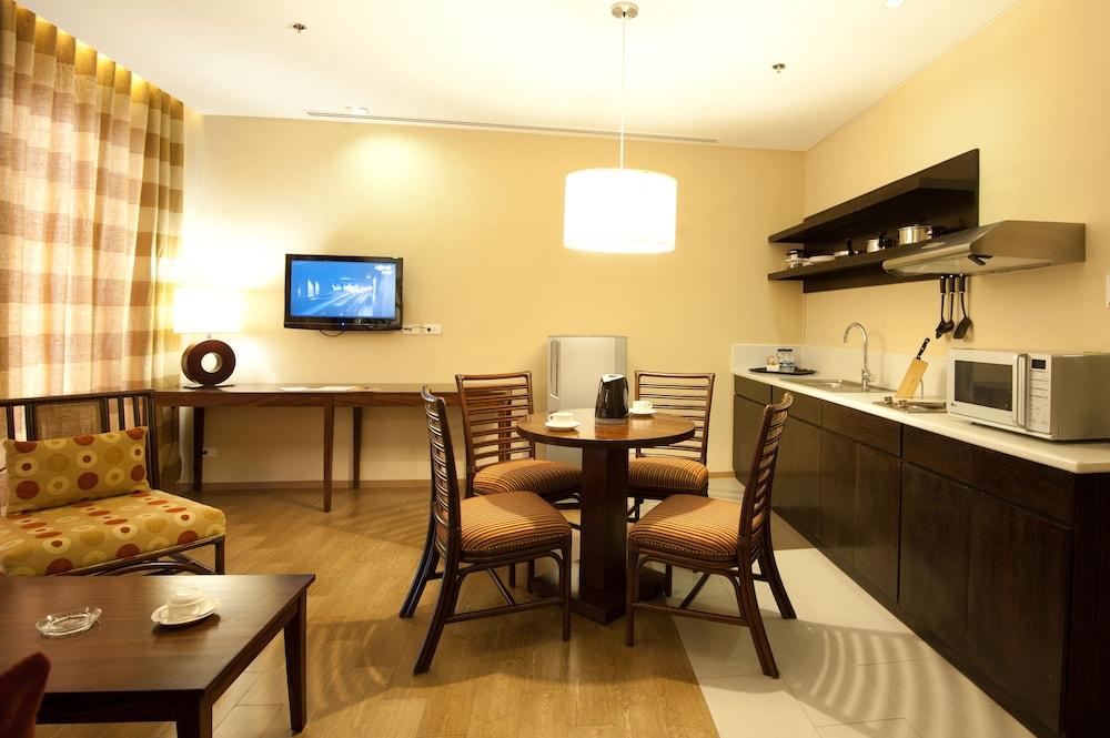 https://i.travelapi.com/hotels/10000000/9620000/9618900/9618818/b30fba5a_z.jpg