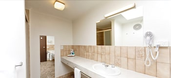 Belvoir Village Motel & Apartments Wodonga - Bathroom  - #0