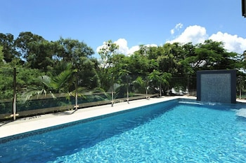 https://i.travelapi.com/hotels/10000000/9630000/9624600/9624512/12fc8be8_b.jpg