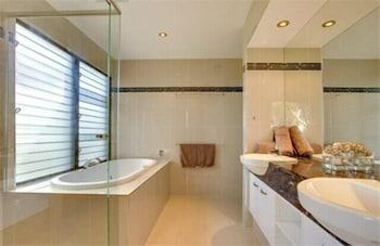 https://i.travelapi.com/hotels/10000000/9630000/9624600/9624512/9d3ccdc2_b.jpg