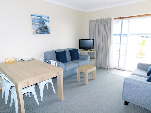 Walters Holiday Flats, Shoalhaven - Pt B